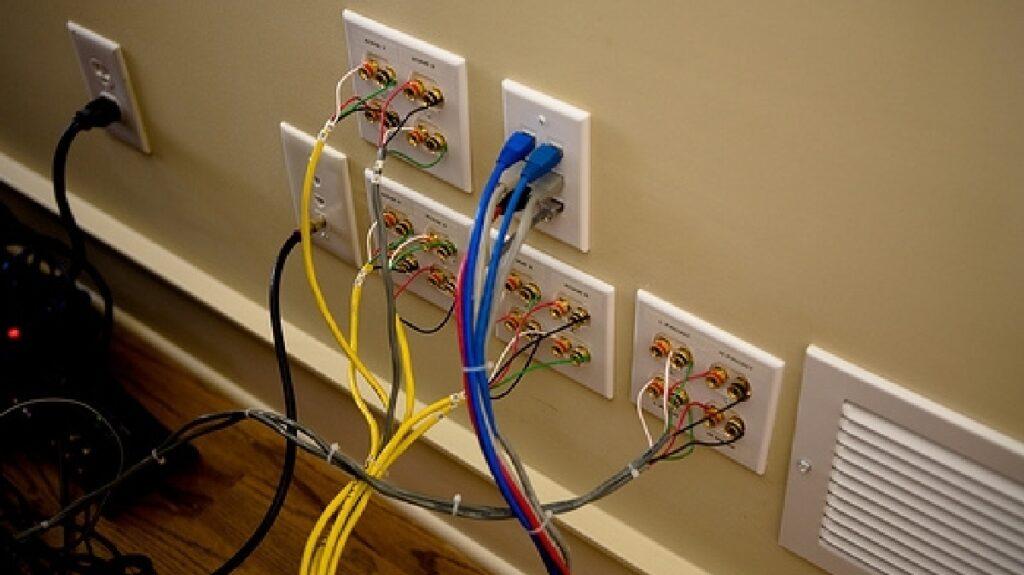 терминалы на стене и акустические провода в стене